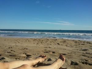 plage pieds jambes sable soleil ciel bleu