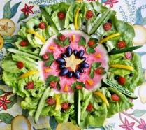 Mandala de fruits - pastèque, salade, raisin noir, poivron jaune, mini-concombre, tomate-cerise