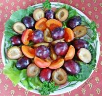 Prunes, abricots et salade