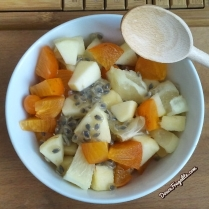 Salade de fruits - granadilla, physalis, kaki, pomme et pomelo