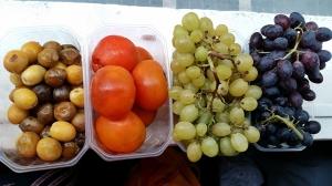 dattes fraîches, kakis mûrs et raisin