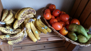 bananes mûres tachetées, kakis et poires