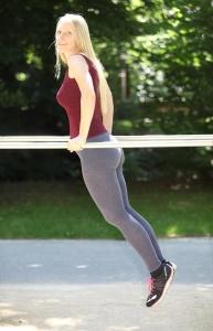 jambes fines - ventre plat - taille fine - fesses musclées